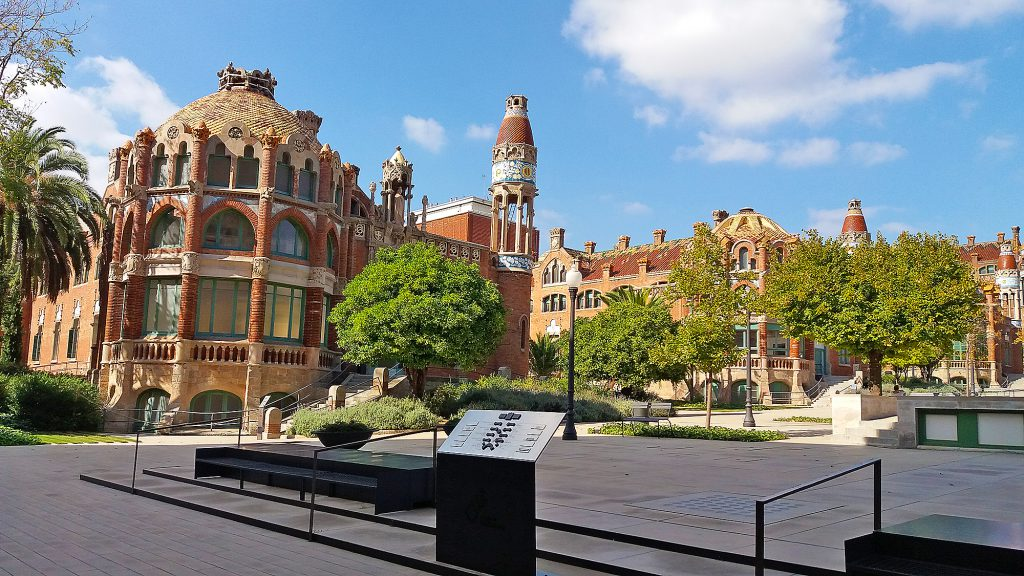 Exterior of Sant Pau and inner yard. Photo.